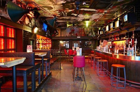 Thirst Soho fica aberto a noite toda.Cocktails começam apartir £6 , para grupos eles tem a promoção de 12 garrafas de cerveja por £45.  53 Greek St, Soho, W1D 3DR, thirstbar.com