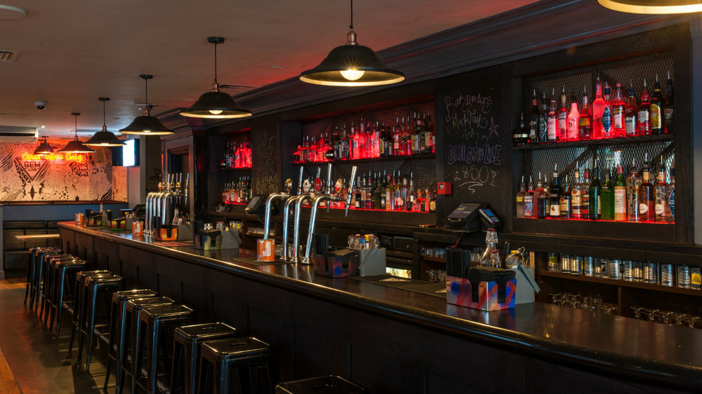 Gem é um lugar onde você encontra os drinks pela metade do preço entre 5-7 Pm , a taça de vinho vai te custar £4,30 .  10 Beak St, Soho, W1F 9RA, gem-bar.co.uk