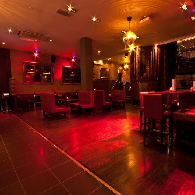 Abbey Bar se torna uma das baladas mais divertidas da capital nas noites de sexta e sábado . As bebidas são em conta , entre 5-8 Pm pela metade do preço , ou seja menos que £3.  St. Clare House 30-33,Minories,EC3N 1DD, abbey-bar.co.uk