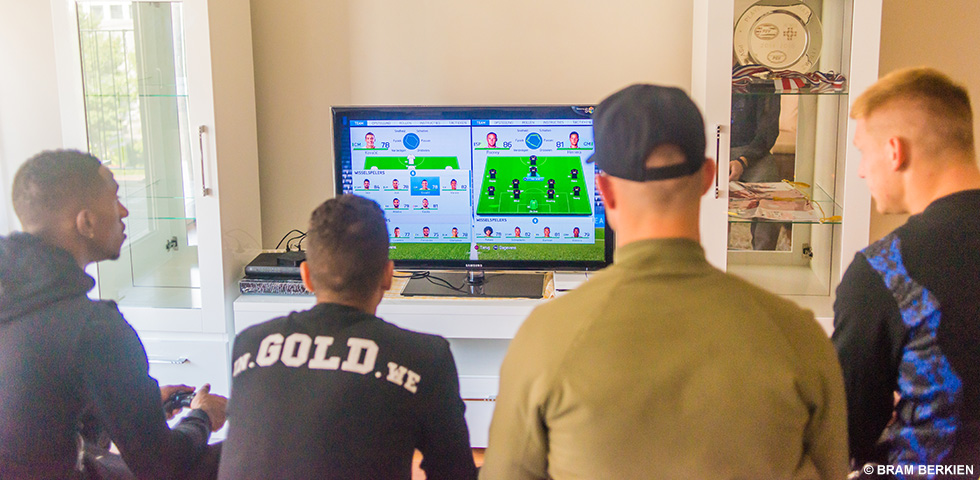PSV Players Playing FIFA (Photo: PSV Eindhoven)