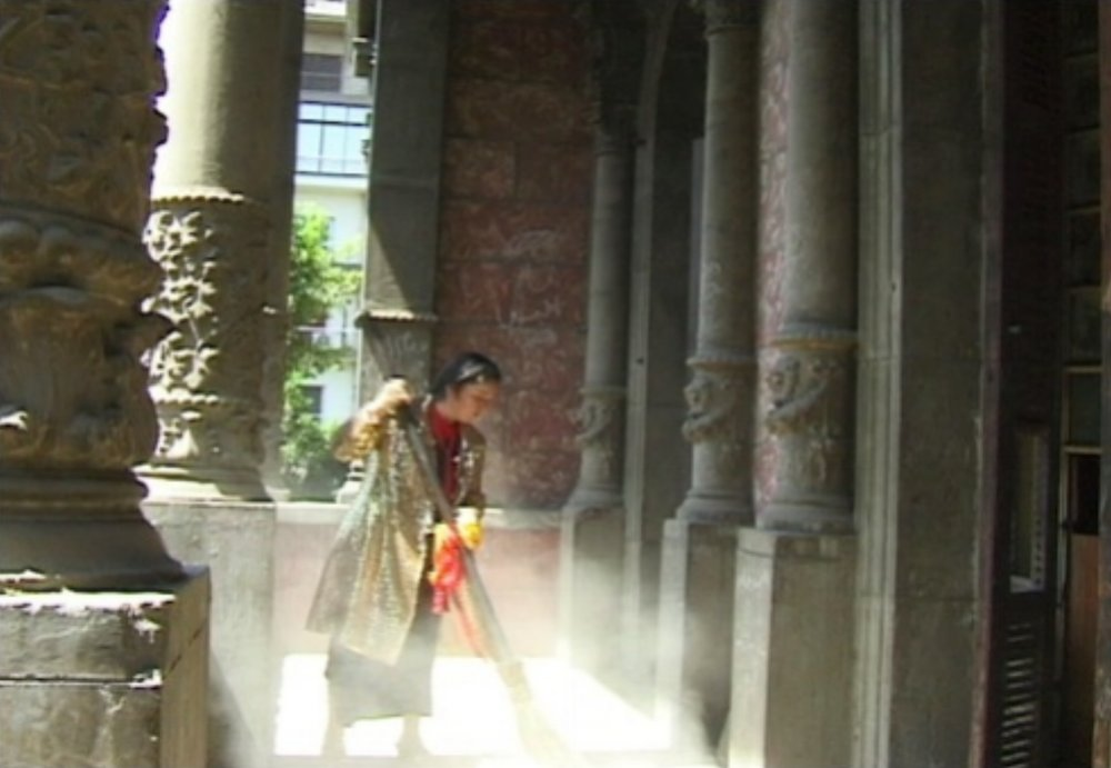 Ioana-Georgescu-Palace-Videostill-Ext-perf2.jpg