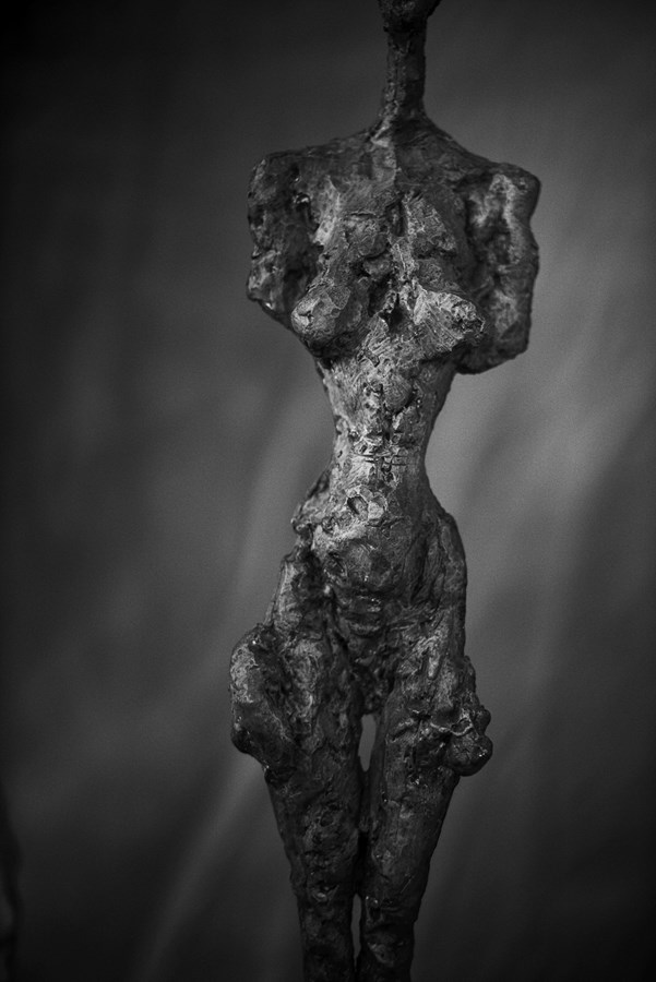 Peter Lindbergh,  Alberto Giacometti, Femme debout (Poseuse I) (1954), Zurich, 2016,  2016 Hahnemuhle Photo Rag® Baryta 315 grs 35 7/16 x 23 5/8 inches (90 x 60 cm) © Peter Lindbergh © Succession Alberto Giacometti (Fondation Giacometti + ADAGP) Paris 2017