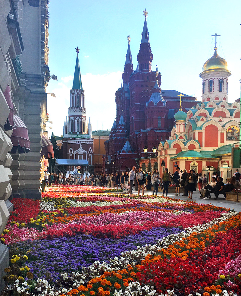Not the stereotypical angle of the Red Square, I'm sure you agree with me the flowers are too beautiful not to show.