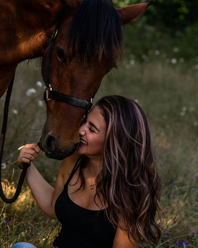 "When your best friend is a horse named ""Tammy"" , of course she's going to be in your senior photos 💁🏼‍♀️ 