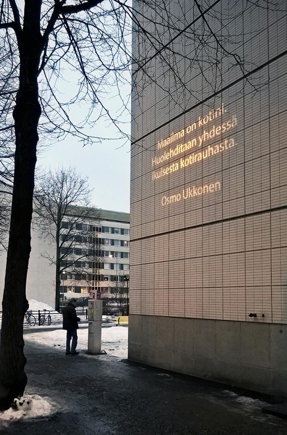 Osmo Ukkosen teos on osa Alueemme tarinat -teossarjaa, ja sijoittuu pääkirjaston julkisivuun.Vaihtuva valoteos koostuu eteläsavolaisten ammattikirjailijoiden laatimista lyhyistä teksteistä. Kotiseutuamme ja kodin merkitystä peilaavat ajatelmat heijastetaan goboheittimellä kaupunkitilaan kaikkien koettavaksi. Valoteoksen avulla tuodaan esiin alueen ammattikirjailijoita sekä lisätään ihmisten tietoisuutta Suomi 100 -juhlavuoden ohjelmasisällöistä ja teemoista Etelä-Savossa. Juhlavuoden valtakunnallinen teema on Yhdessä ja Etelä-Savon oma teema on Koti. Tekstit vaihtuvat kuukausittain ja ne ovat esillä vuoden 2017 loppuun asti. Kuva: Anu-Anette Varho