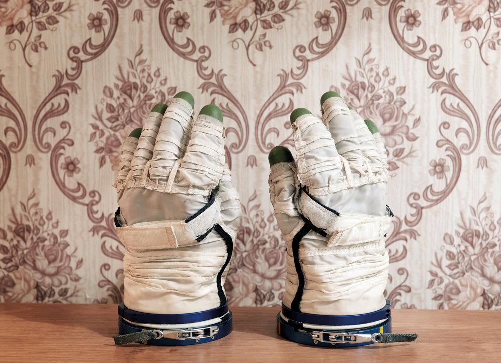 La-Galerie-Paris-1839_FOURNIER-Vincent_Space-Gloves_2007.jpg
