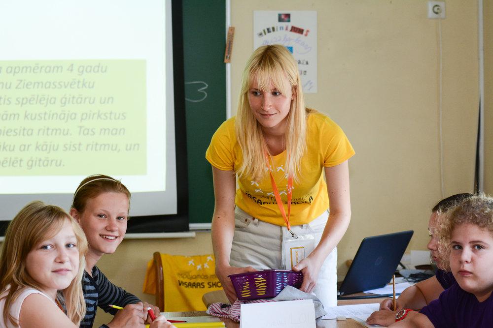 IM dalībniece Zane Putniņa ar skolēniem Vasaras skolā Ventspilī.