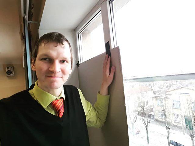 Kad fizikas kabinetā nepieciešama tumsa, tad jāizmanto vecās labās logu aizklāšanas metodes! :) #IMabsolventi #fizika @tukumagimn
