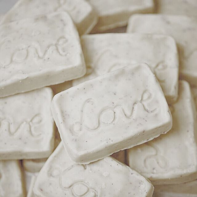 Aujourd'hui, c'est la journée de l'amooour! ❤️ Voici notre top 5 de produits greens à utiliser au lit (ou ailleurs 😉): . Lubrifiant Good Clean Love 🌿 . Un lubrifiant vegan, bio, à base d'aloe et sans produits toxiques (glycerine, paraben, pétrochimique). Bonus: Leurs emballages sont faits de plastique écolo à base de canne de sucre recylclée!  On le trouve au Pharmaprix! . Solar Bullet ☀️ . Un vibrateur rechargable par les rayons du soleil?? Des petits pas green dans tous les domaines ! haha 😅  On le trouve en ligne à www.babeland.com . Condoms Sir Richards ou Glyde 💗 . La protection, c'est important! Ces condoms sont vegan, faits de latex naturel et sans ingrédients toxiques. En plus, les condoms Glyde sont certifités équitables et leur emballage est fait de matériaux recyclés, de soja et d'encres végétales. Bonus: Ils ont tous les deux réussi à minimiser l'odeur de latex désagréable!  On trouve les condoms Sir Richards à la Capoterie sur la rue St-Denis et les condoms Glyde en ligne à www.glydeamerica.com . Barres de massage de Lush 🌸 . Un bon massage romantique, qui n'aime pas ça?? Encore mieux quand on utilise une barre de massage vegan, faite à base d'ingrédients naturels et non testée sur les animaux! En plus, elle s'achète sans emballage, donc zéro déchet! . . . crédit photo: LUSH Cosmetics