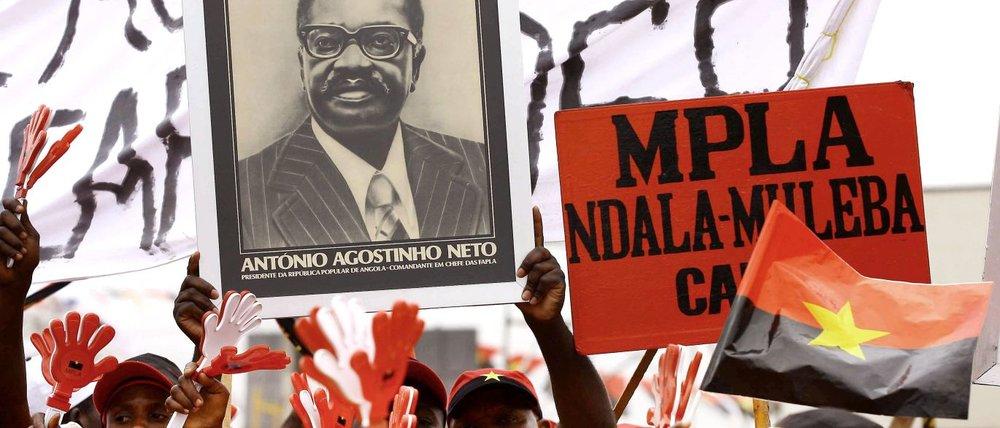 Cartaz com a foto de Agostinho Neto, primeiro presidente eleito após a Independência