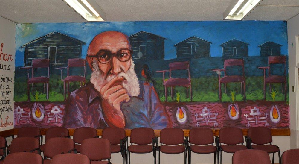 Mural de Paulo Freira na Faculdade de Educação e Humanidades da Universidade do Bío-Bío, no Chile FOTO:Wikipedia