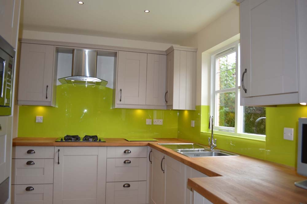 Glass splashbacks in mustard yellow