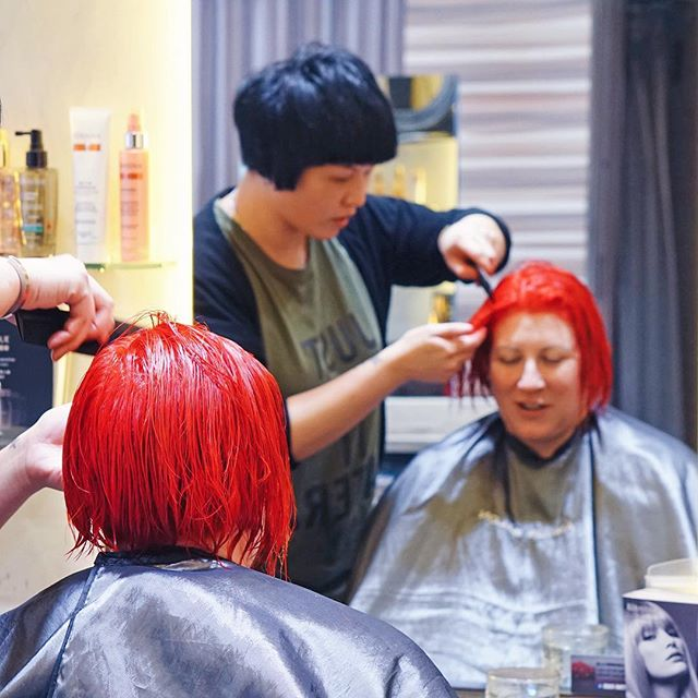 #AmourHairdo 好多時客人同我地反映想漂頭但擔心漂既同時會令頭髮受損同易斷,其實我地幫客人漂染頭髮(特別係鮮色/淺色)既同時會加入 Olaplex既treatment,令頭髮變得堅韌唔易斷。呢位客人染左隻艷紅 Sharp Red,亦都apply左Olaplex 。  Olaplex treatment is especially beneficial for transforming the texture of clients' coloured hair. Make your hair feel softer and look stronger! This is also inclusive of the Coloring Service of AMOUR SALON.  Make an appointment with us to experience Instant hair transformation tailored to you! -  AMOUR SALON Shop B, 38 Hennessy Road, Wan Chai, Hong Kong 香港灣仔軒尼詩道38號地下B舖 (852) 29891555 - #hairsalon #hair #olaplex #olaplextreatment #coloring #haircoloring #haircare #hairdresser #wanchai #salonhk #hairsalonhk #lorealprofessionnel #stylist #hairstylist #red #hkig #hksalon #hairdo