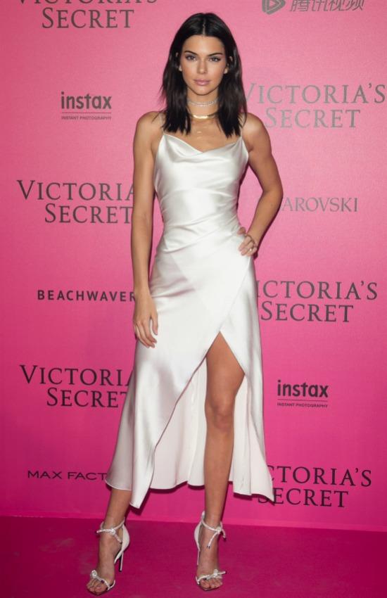 This beautiful dress was chosen by Kendall Jenner to attend to the party/ Este fue el vestido elegido por Kendall Jenner para asistir a la fiesta.