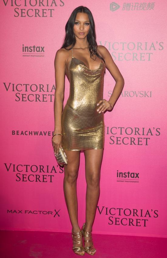 Lais Ribeiro decided to wear this short cocktail dress in gold/ Lais Ribeiro decidió llevar este vestido corto en dorado.