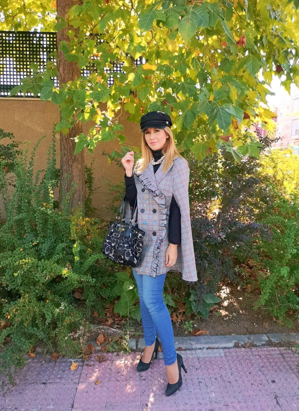OUTFIT DETAILS: Cape:  SHEIN ; Jeans: MANGO (S/S ´18); Navy Cap: H&M; Bag: COACH; Shoes: MARIAN;