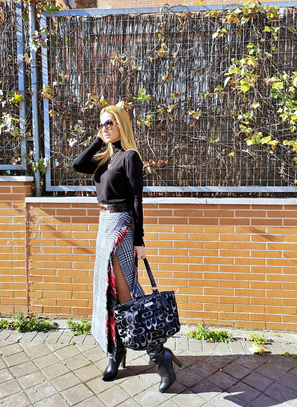 OUTFIT DETAILS: Blanket scarf: NEW YORKER (old); Sweater: ZARA (Au/W ´18-´19); Boots: ZARA (old); Belt: ROBERTO VERINO; Bag: COACH; Necklace: MANGO (sales); Sunnies: GUESS;