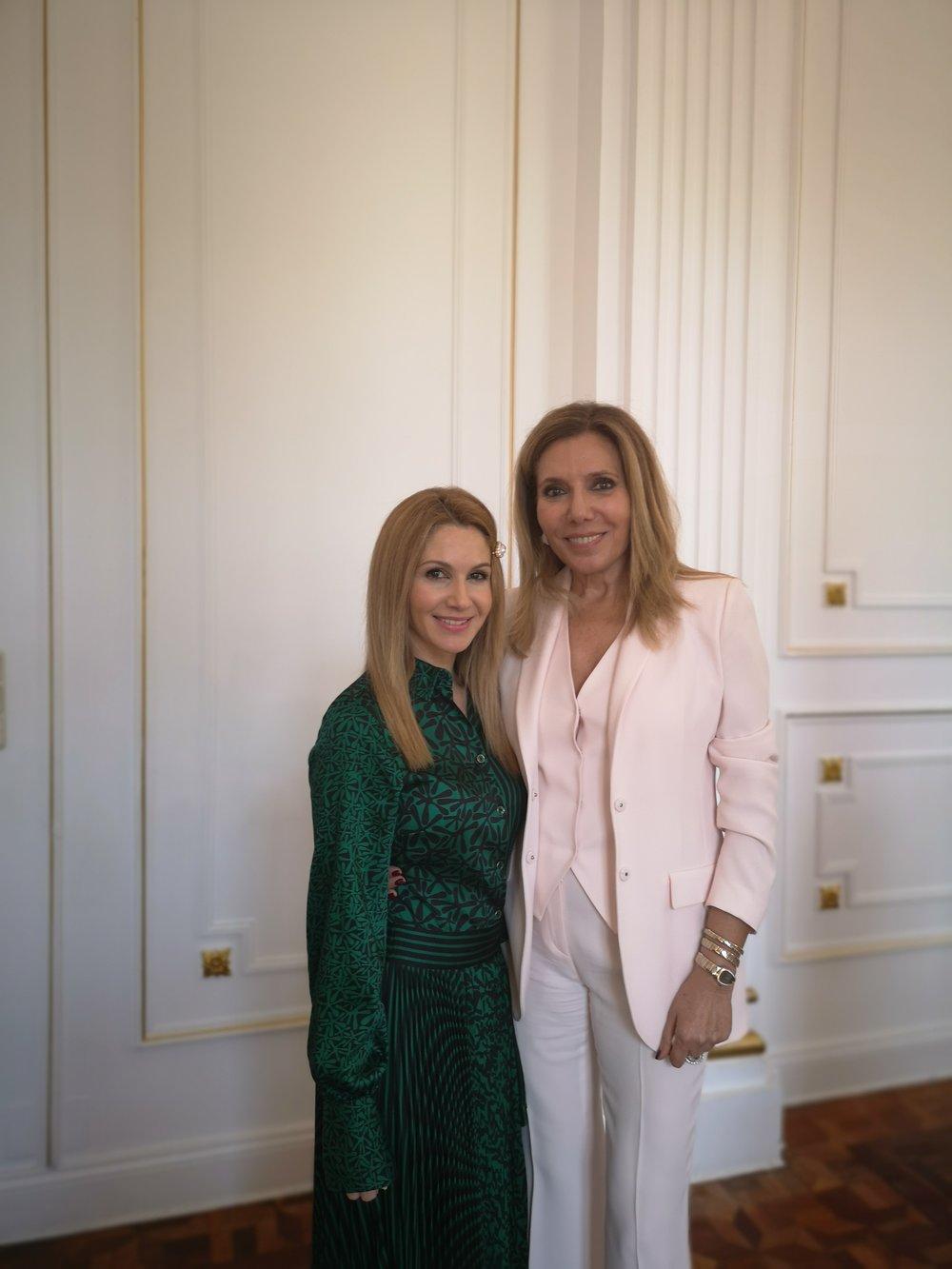 Si os gusta la moda tanto como a mí, os aconsejo que no perdáis detalle del elegantísimo traje de chaqueta que escogió Maribel Yébenes para el evento.