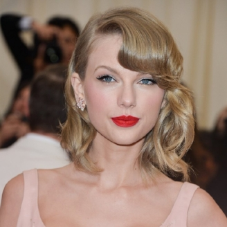 Taylor Swift rockin' the red lips