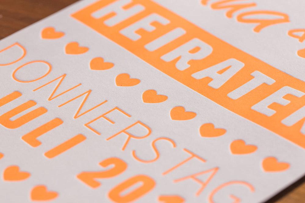 maleana-hochzeitskarten-mit-letterpress-neon-orange-004.jpg