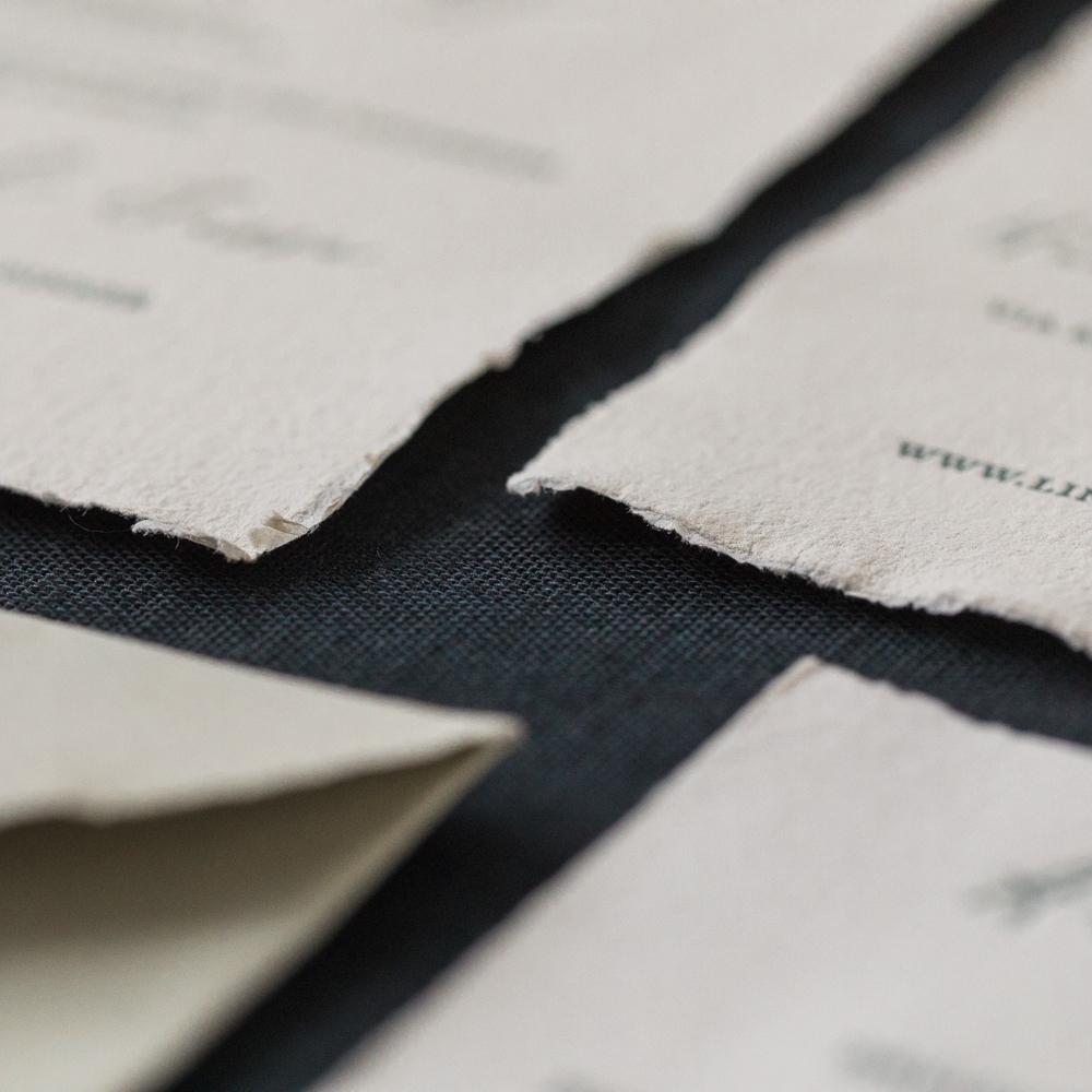 Einladungskarten für die Hochzeit mit handgeschöpftem Baumwollpapier