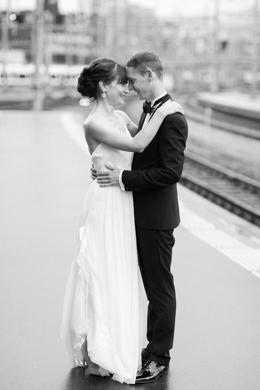 Hochzeitsreportage in Luzern mit schwarz-weiss Paarfotos im Bahnhof
