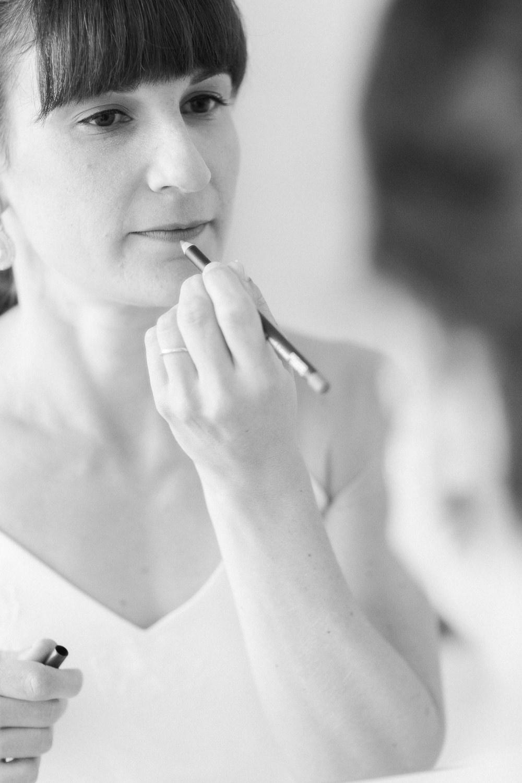 Schwarz-weiss Fotos: Braut schminkt sich für die Hochzeit
