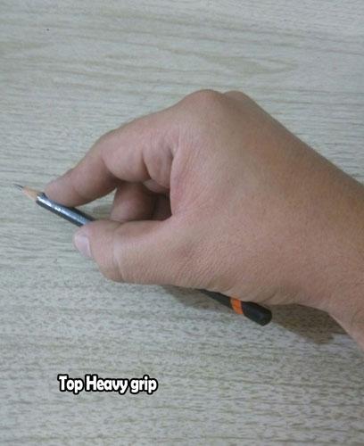 4.- Top Heavy Overhand Grip  En este agarre se usa más fuerza para la aplicación sobre la superficie de dibujo y se puede emplear como técnica con diferentes materiales (lápiz, carboncillo, pluma o con que quieras dibujar). En este caso, utilizaré el lápiz como ejemplo para explicarlo. Así que con este agarre, el lápiz se mantiene entre el dedo medio y el pulgar mientras se ejerce presión sobre la punta del lápiz y éste se coloca casi en paralelo a la superficie de dibujo, forzando el lado de la punta para hacer contacto. El resultado es una combinación de una marca más ancha con variación, lo que logra una línea más dinámica y así nos obligamos a usar el hombro y el codo.