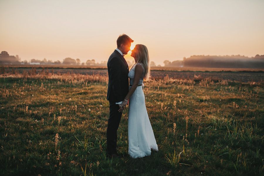"""Dziękujemy za wspaniałe efekty Waszej wspólnej pracy - za reportaż z lipcowego ślubu i za plener, które są idealnie takie, jak sobie je wymarzyliśmy. Może z innymi modelami byłoby Wam łatwiej...;) ale my jesteśmy naprawdę zadowoleni. Otworzenie pięknie wykonanego pudełka ze zdjęciami było dla nas wielką przyjemnością ;) No i papier, na których wywołaliście zdjęcia jest świetny! Będziemy polecać Was każdemu - zresztą, już chyba nawet nie musimy, bo na hasło """"Łapacze"""" każdy wie, o kogo chodzi ;)""""  Dziękujemy, że byliście z nami!   Ola i Łukasz"""