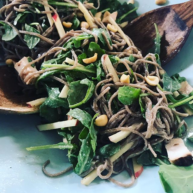 Soba noodles + arugula + apples + a lime/peanut dressing. Top with chopped roasted peanuts + add your protein of choice. 🍏
