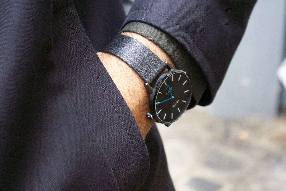 NOWA_Smart_Watch_Black_Lifestyle_Paris.jpg