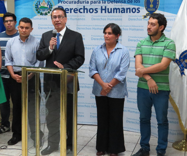 Cristosal recently hired former Human Rights Ombudsman David Morales, shown here with Chief Program Officer Celia Medrano at the presentation of the first report by a Salvadoran Government Institution on forced displacement.