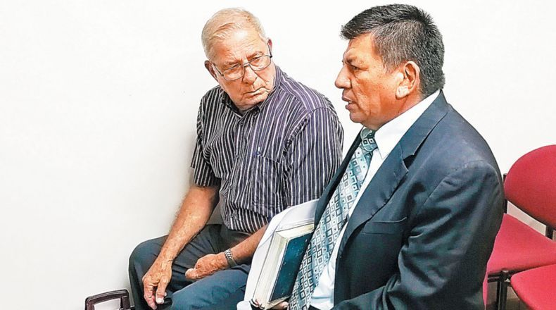 General Bustillo listens to defense lawyer / Photo:  La Prensa Grafica
