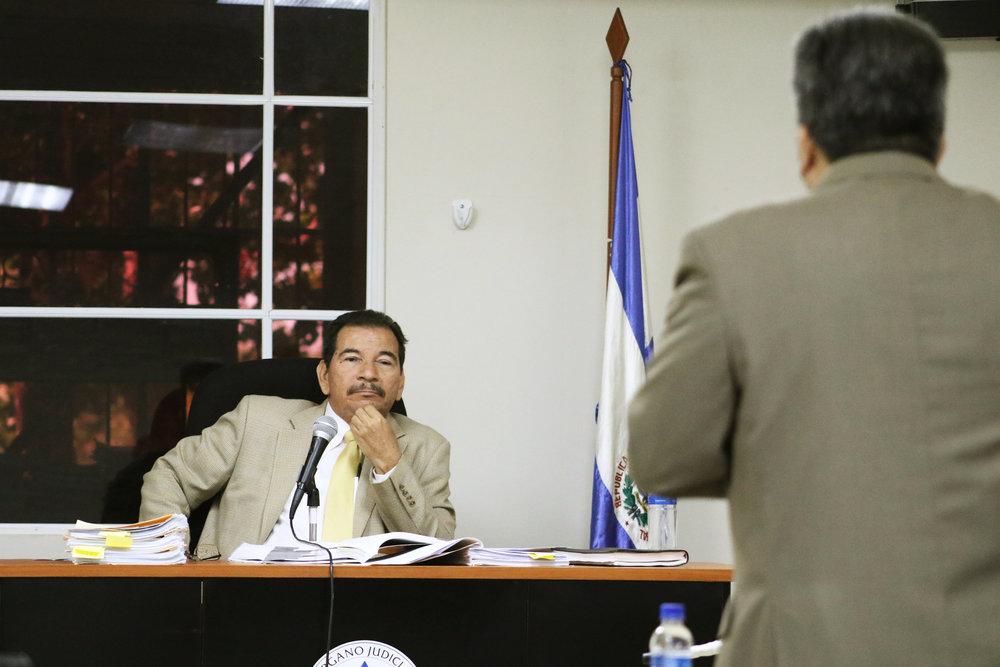 Judge Jorge Alberto Guzmán Urquilla listens to a defense attorney at Friday's hearing. / Photo Cristosal