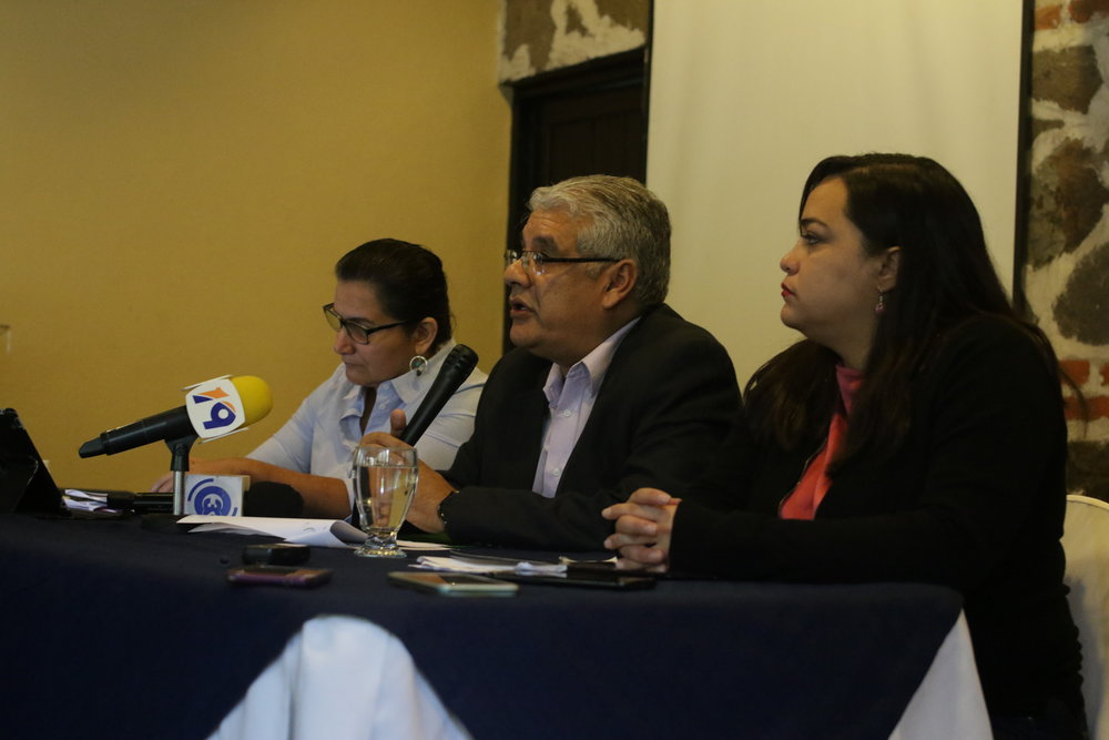 Celia Medrano, Abrahám Ábrego y Rina Montti en conferencia de prensa. Foto por: René Magaña