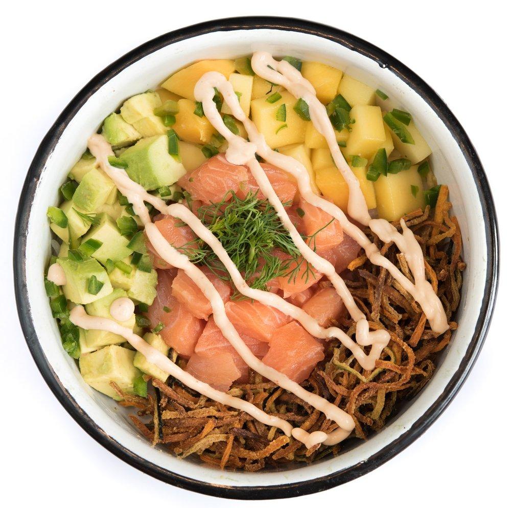 LUAU BOWL - Mediano: 27.000. Grande: 31.000Arroz de sushi, salmón, aguacate, mango, veggie tempura, cilantro, jalapeño, sriracha mayo.