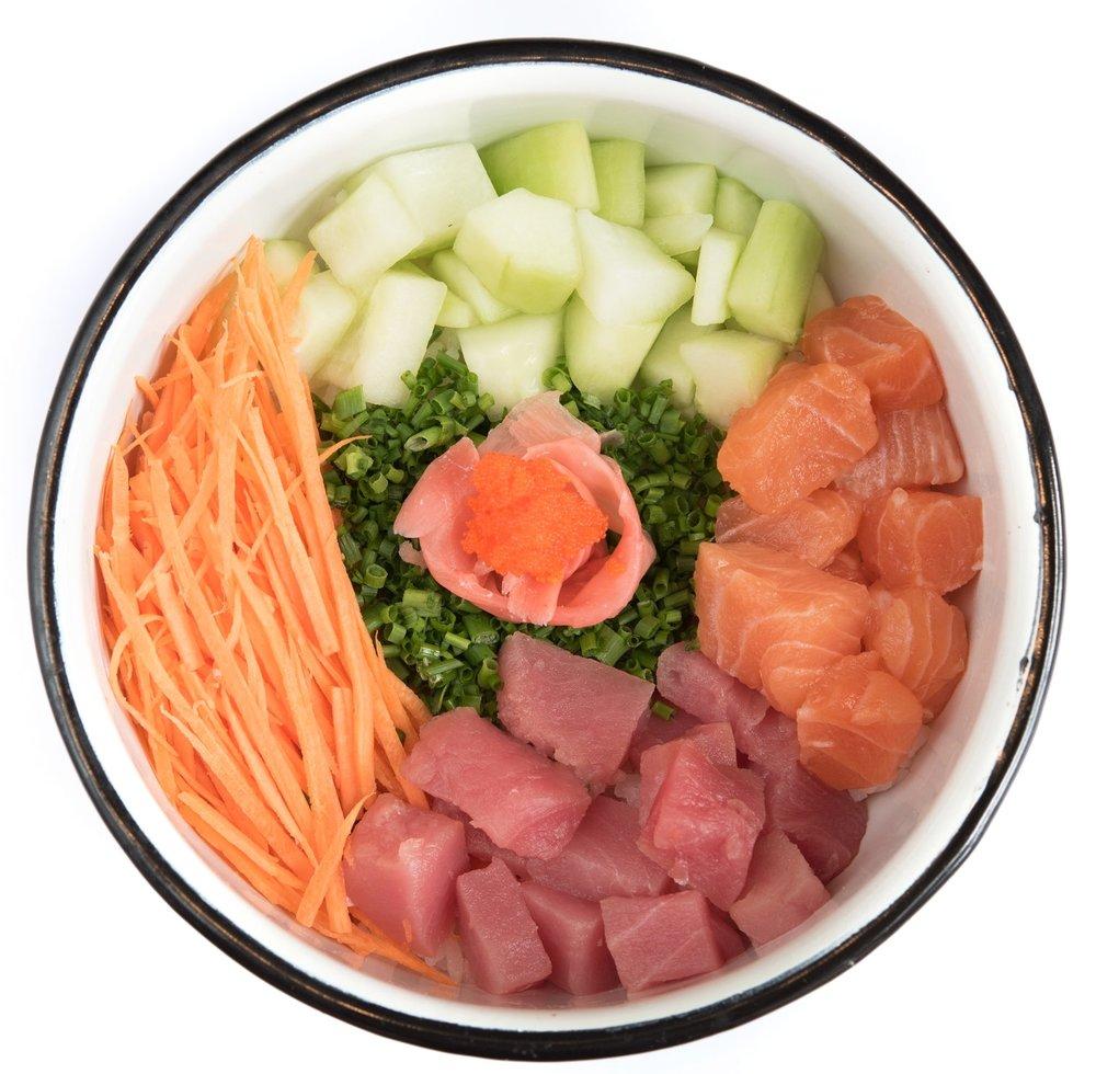 ONO BOWL - Mediano: 22.000. Grande: 27.000Arroz de sushi, salmón, atún, pepino, zanahoria, cebollín, masago, gari rosado, spicy soya.