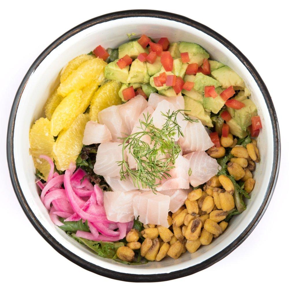 MAHALO BOWL - Mediano: 20.000. Grande: 25.000Mix greens, pescado blanco, aguacate, pimentón, maíz tostado, cascos de naranja, cebolla morada, cilantro, leche de tigre.