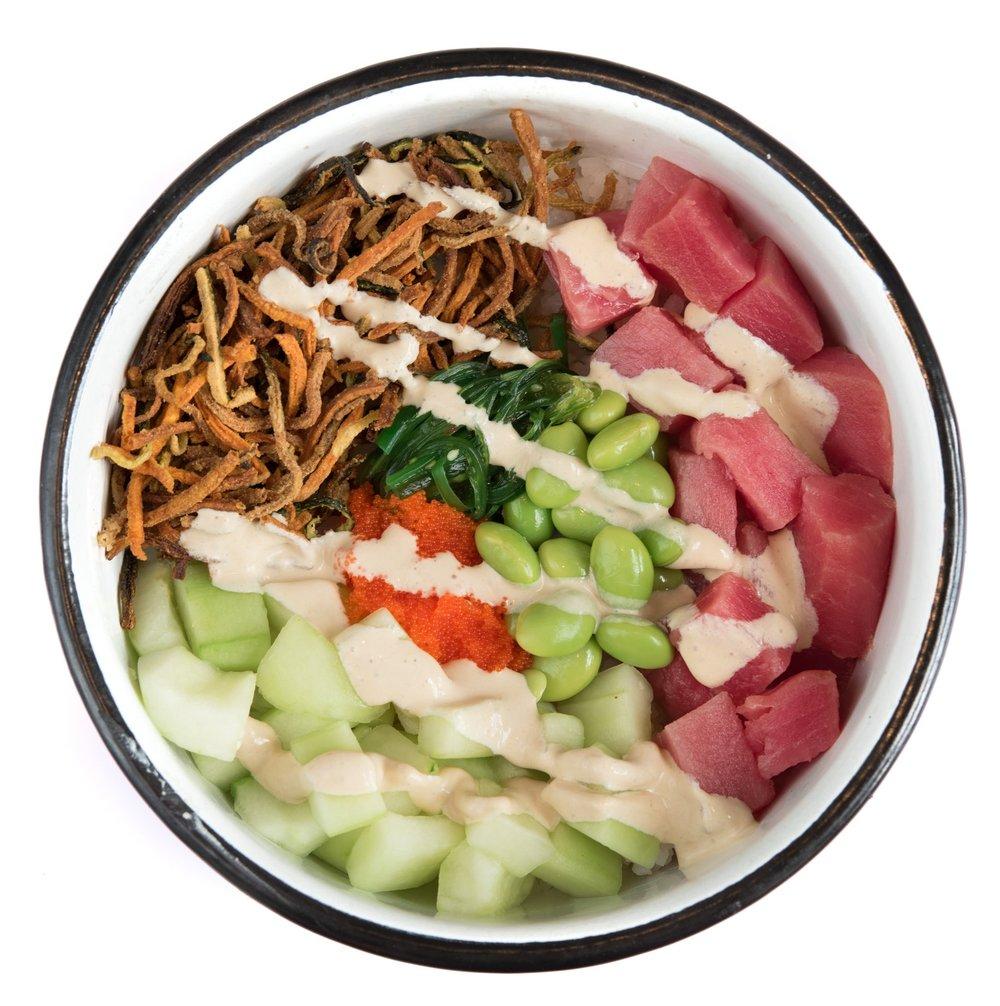 HULA BOWL - Mediano: 24.000. Grande: 29.000Arroz de sushi, atún, pepino, edamames, seaweed salad, masago, veggie tempura, wasabi cream.