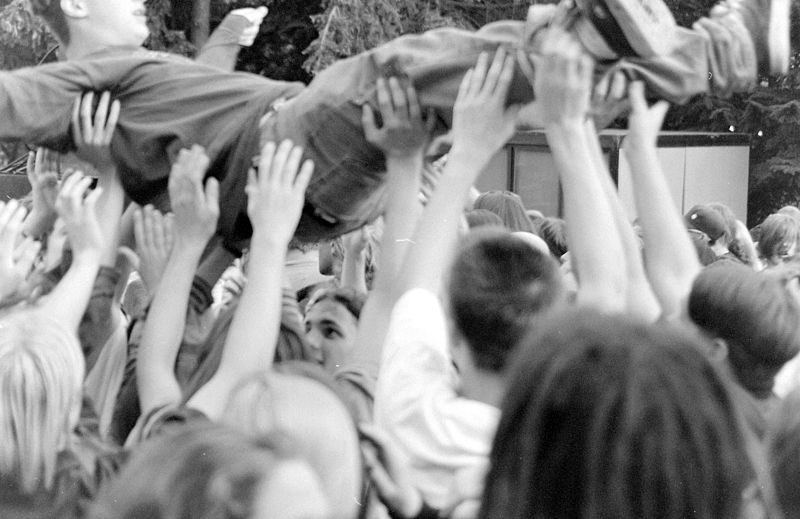 Seattle_-_Pain_in_the_Grass_-_1995_-_crowd_surfing_01.jpg