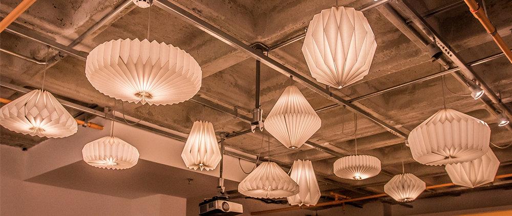 ESCOLA POLIFONIA   Projeto idealizado pela arquiteta Manoela Beneti, conta com 12 pendentes em formatos e tamanhos diferentes, cria um efeito lindo na sala de aula da escola.