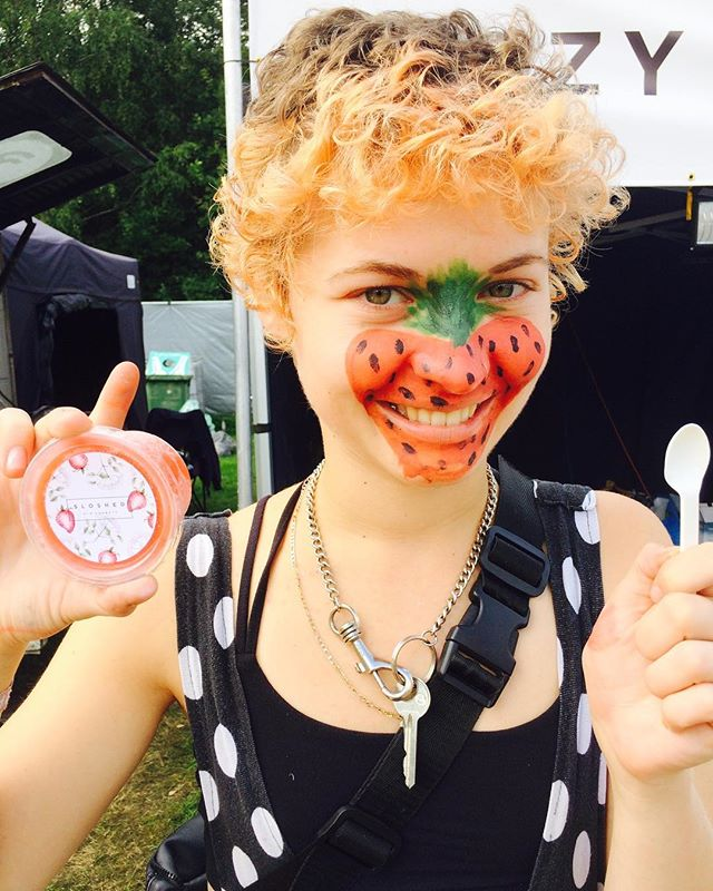 Because who doesn't love coordinating their food with their face paint? @discodustlondon looking super cute with our strawberry & elderflower gin sorbet 🍓🌼🍸 last chance @thebigfeastival to get your boozy sorbet fix... @lostvillagefestival we got you til tomorrow pm 👌🏼 get involved! #thebigfeastival #lostvillagefestival