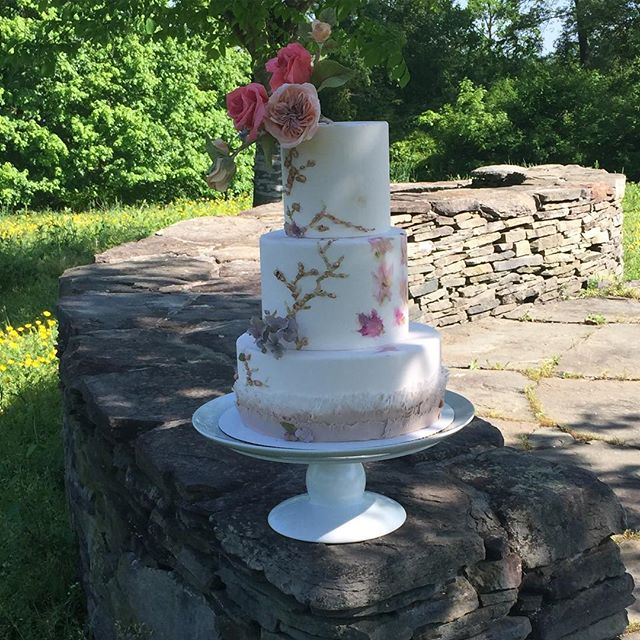 Captured in nature... Still elegant in beauty. Never posted this cake (because I never completed it!)... Just having a fun + busy chatting and have a great time learning with @maggieaustincake a few months ago.