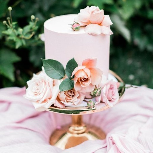 Pretty in pink, simple and sweet 💕⠀ ⠀ Sometimes a simple and chic little cake is all you need to make your wedding complete.