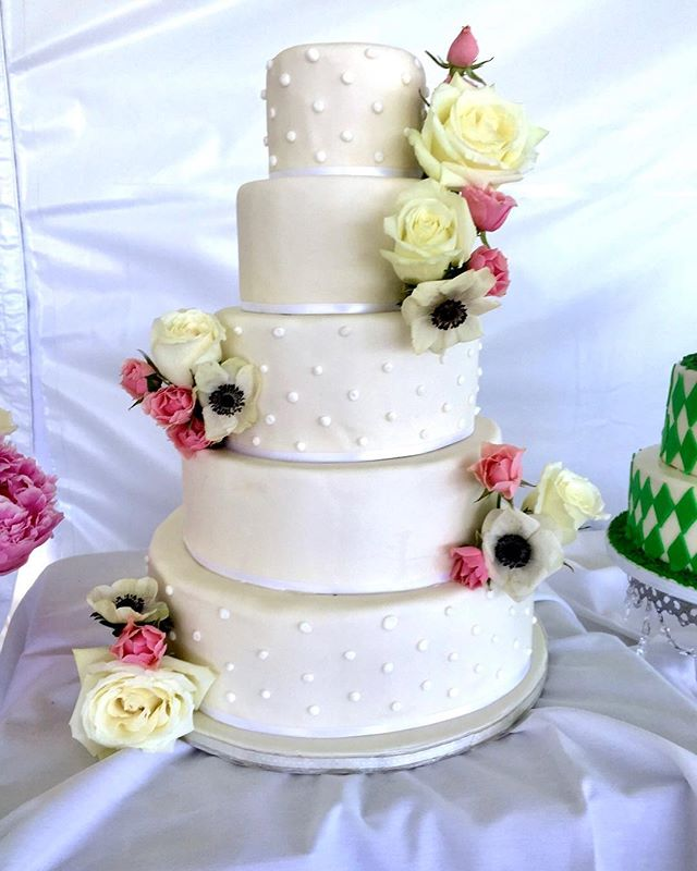 Spring is in the air! Yet it's still snowing outside ❄️ Still booking for 2019 + and 2020 weddings - contact hello@aspencharm.com to schedule your cake tasting today!