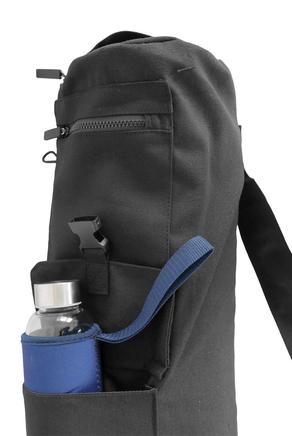 Drei aufgesetzte Taschen machen diese Yogatasche zu einer praktischen Begleiterin auf dem Weg zur Yogastunde.