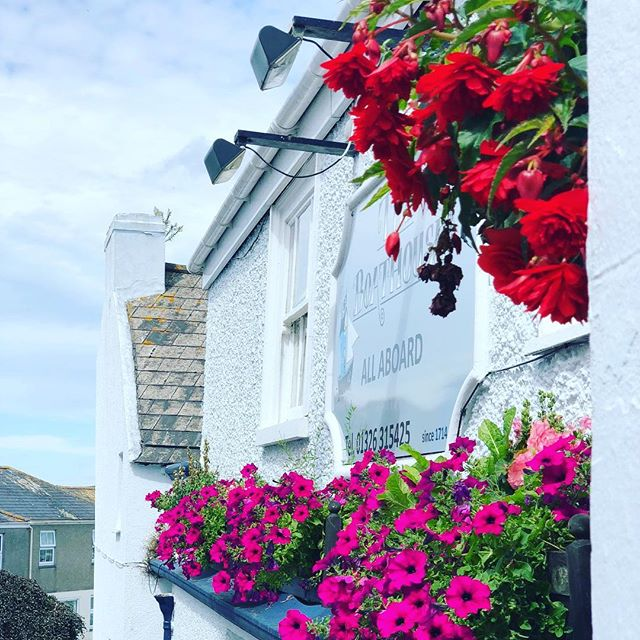 New Autumn Opening Hours:  Monday- Thursday: 5pm - 11pm  Friday: 4pm - Late Saturday & Sunday: 12.00pm - Late  Lunch Saturday: 12.00pm - 2pm Sunday Roasts : 12.30pm - 7.30pm (Booking essential)  Dinner Monday - Thursday: 6pm - 9pm Friday - Saturday: 6pm - 9pm  #pubsofinstagram #TheBoathouse #Cornwall #Falmouth
