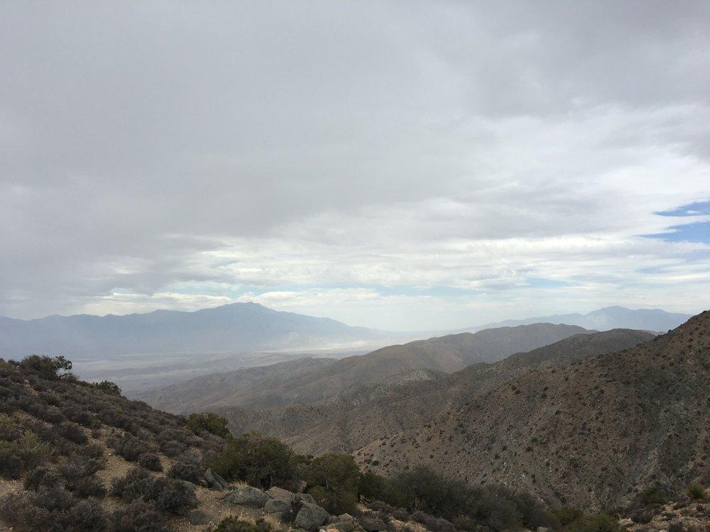 The haze.... es ist der Dunst, die Umweltverschmutzung, die von Los Angeles durch das Tal von Palm Springs zieht.