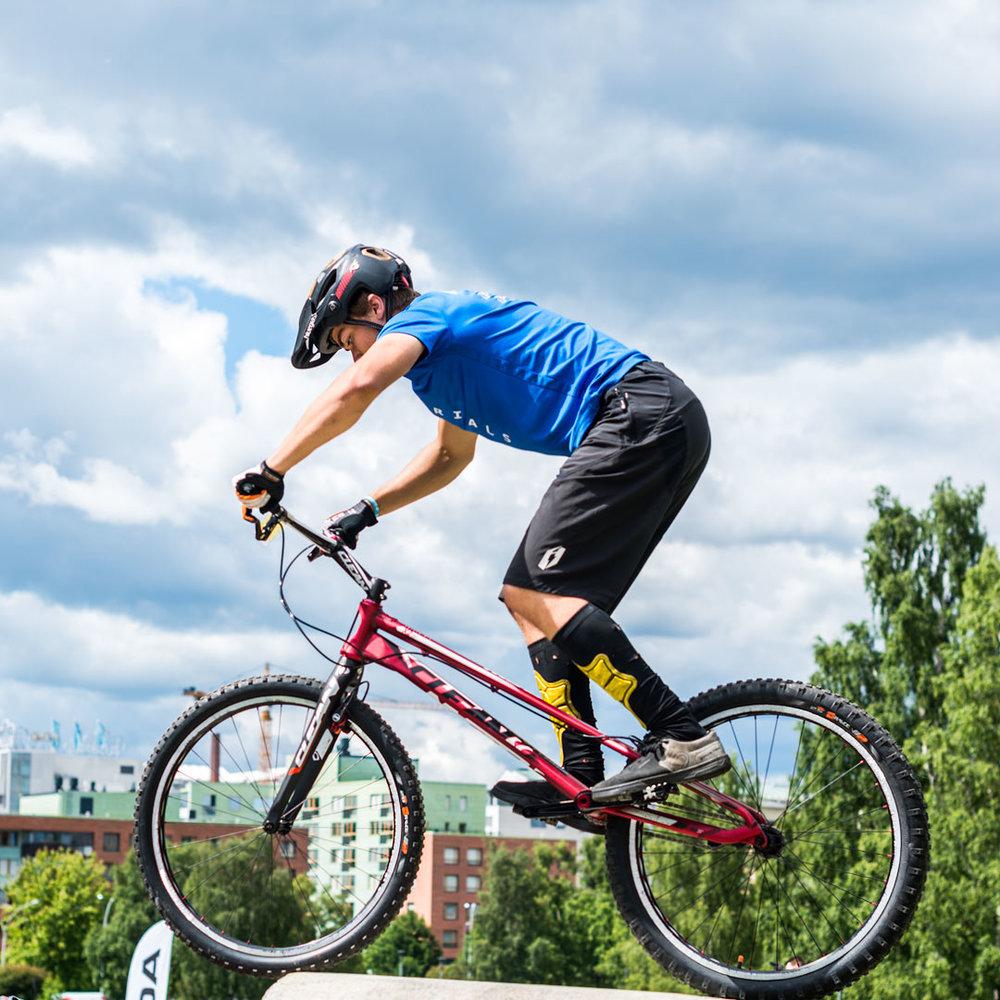 Bike trial - taustalla Tampereen taloja