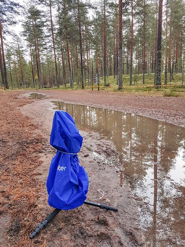 Päivällä oli kirkasta ja sateesta ei pelkoa, mutta kaikenvaralta vedin remote-kameran taas suojaan. Syy oli varsin ilmeinen ;-)